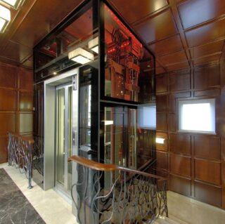 стеклянный лифт в офисе