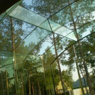 стеклянная прозрачная беседка